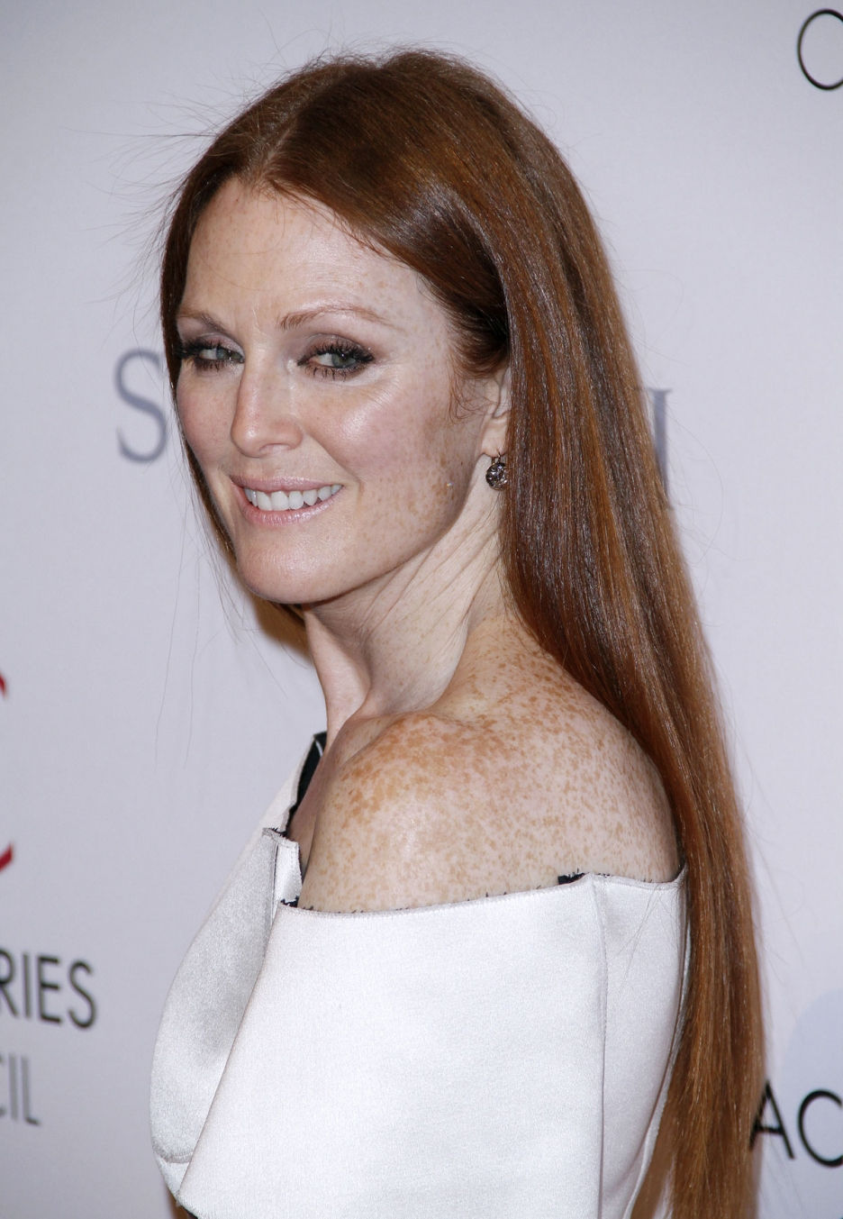 JULIANNE MOORE Bra Size, Age, Weight, Height, Measurements