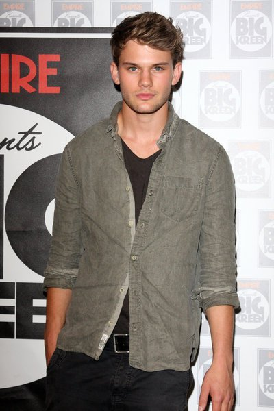 jeremy irvine age  weight  height  measurements